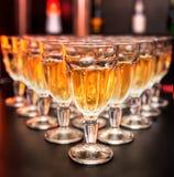 abastecimiento Vidrios con el vino blanco Imagen de archivo libre de regalías