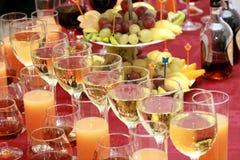 Abastecimiento - vidrios con las bebidas Imagen de archivo libre de regalías