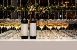 abastecimiento Vidrios y botella con el vino blanco y rojo Fotos de archivo libres de regalías