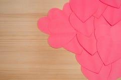 Abastract bakgrund med pappers- hjärtor Arkivfoton