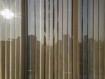 Abat-jour beiges de verticale avec le fond de ville Images stock