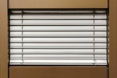 Abat-jour d'aluminium sur la fenêtre Photo libre de droits