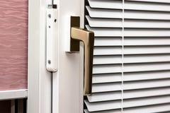 Abat-jour d'aluminium sur la fenêtre de PVC Images libres de droits