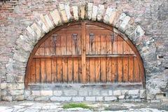 Abat-jour d'hublot en bois sur le vieux mur de briques Photographie stock libre de droits