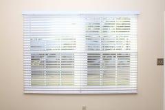Abat-jour d'hublot neuf sur le mur intérieur Photos stock