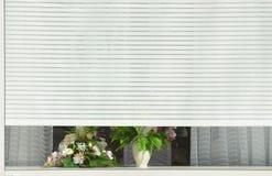 Abat-jour de blanc sur la fenêtre Photo stock