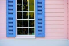 Abat-jour de fenêtre bleus ouverts Photos stock