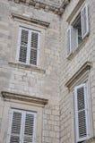 Abat-jour de fenêtre d'un bâtiment Images stock