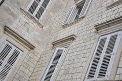 Abat-jour de fenêtre d'un bâtiment Photos libres de droits