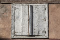Abat-jour de fenêtre en bois fermés Photo stock