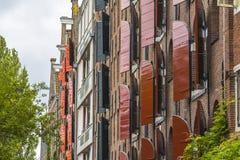 Abat-jour de fenêtre en bois sur les maisons typiques d'Amsterdam Photo stock