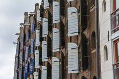 Abat-jour de fenêtre en bois sur les maisons typiques d'Amsterdam Photo libre de droits