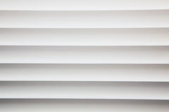 Abat-jour de fenêtre en métal blanc en gros plan Photo libre de droits