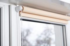 Abat-jour de rouleau beiges de panne d'électricité sur la fenêtre Image libre de droits