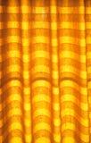 Abat-jour de ton ou rideaux chauds et lumière du soleil naturelle abstraite Image stock