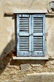 abat-jour de Varèse Italie de ceppino de lonate de fenêtre dans le béton Image stock