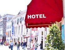 Abat-jour du soleil ou chapiteau rouges d'un hôtel antique Image stock