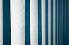 Abat-jour en bois blancs verticaux Photographie stock