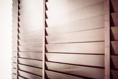 Abat-jour et fenêtre en bois Photo stock