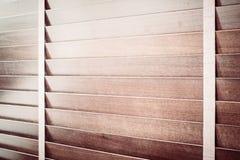 Abat-jour et fenêtre en bois Photographie stock