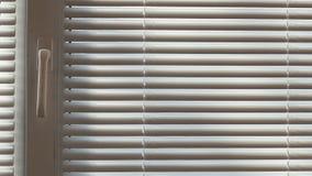 Abat-jour et fenêtre fermée le jour ensoleillé Photographie stock libre de droits