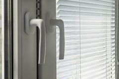 Abat-jour et poignées de fenêtre fermés Photo libre de droits