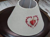 Abat-jour fait en tissu et brodé avec un coeur Photographie stock libre de droits