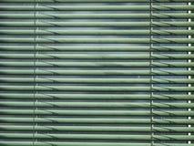 Abat-jour poussiéreux verts fermés le jour ensoleillé Photos stock