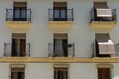 Abat-jour sur une fenêtre sur une maison dans la rue dans la ville de Ronda Images libres de droits
