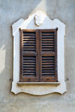 Abat-jour vénitiens de fenêtre d'abrégé sur Venegono Varèse Italie en Th Photos stock
