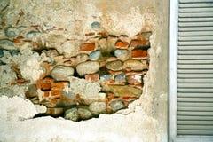 abat-jour vénitiens de fenêtre de cavaria dans le béton Photos stock