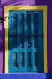 Abat-jour vénitiens et mur colorés Photos stock