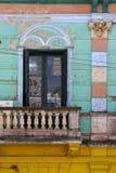 Abat-jour vénitiens et un mur rose bleu rouge Photographie stock libre de droits