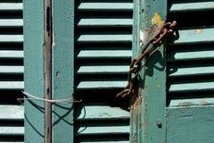 Abat-jour vénitiens et une chaîne rouillée dans le boca de La Image stock