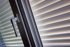 Abat-jour vénitiens pour l'ombre à la fenêtre Photo stock