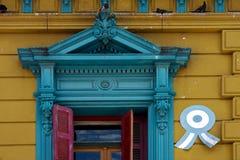 abat-jour vénitiens rouges et toit de vieille petite terrasse jaune bleue Photos stock