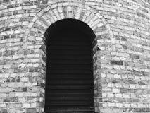 Abat-jour vénitiens vides sur la fenêtre placée dans le mur de briques Image libre de droits