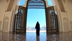 Женщина на мечети Дохе видеоматериал