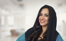 佩带Abaya,时髦的阿拉伯妇女佩带的hijab的阿拉伯妇女 免版税库存照片