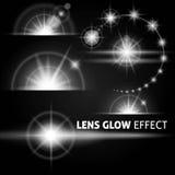 Abbagliamenti e raggi realistici di bianco istantaneo luminoso della luce su un fondo scuro Metta il modello per web design Illus Fotografia Stock