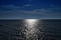 Abbagliamento del sole e delle onde sul mare Fotografia Stock