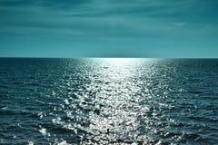 Abbagliamento del sole e delle onde sul mare Immagine Stock