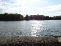Abbagliamento di luce solare nel fiume Svisloch fotografia stock libera da diritti