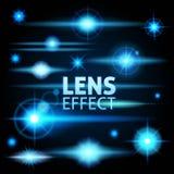 Abbagliamento realistico e flash luminoso dei raggi di luce blu su un fondo scuro Metta il modello per web design Illustrazione Fotografia Stock
