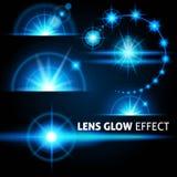 Abbagliamento realistico e flash luminoso dei raggi di luce blu su un fondo scuro Metta il modello per web design Vettore Immagine Stock