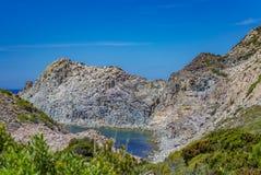 Abbai fra le rocce vicino all'isola di Carloforte di San Pietro, automobile fotografie stock libere da diritti