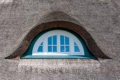 Abbaino di una casa del ricoprire di paglia-tetto Immagini Stock
