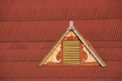 Abbaino in tetto rosso del ferro ondulato Fotografia Stock