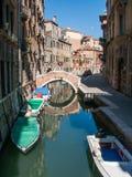Abbandoned-Boote im kleinen venetianischen Kanal Lizenzfreie Stockfotografie