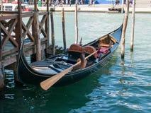 Abbandoned-Gondel im venetianischen Kanal Stockfotos